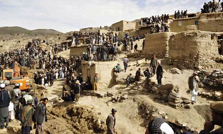 Afghan-villagers-gather-011